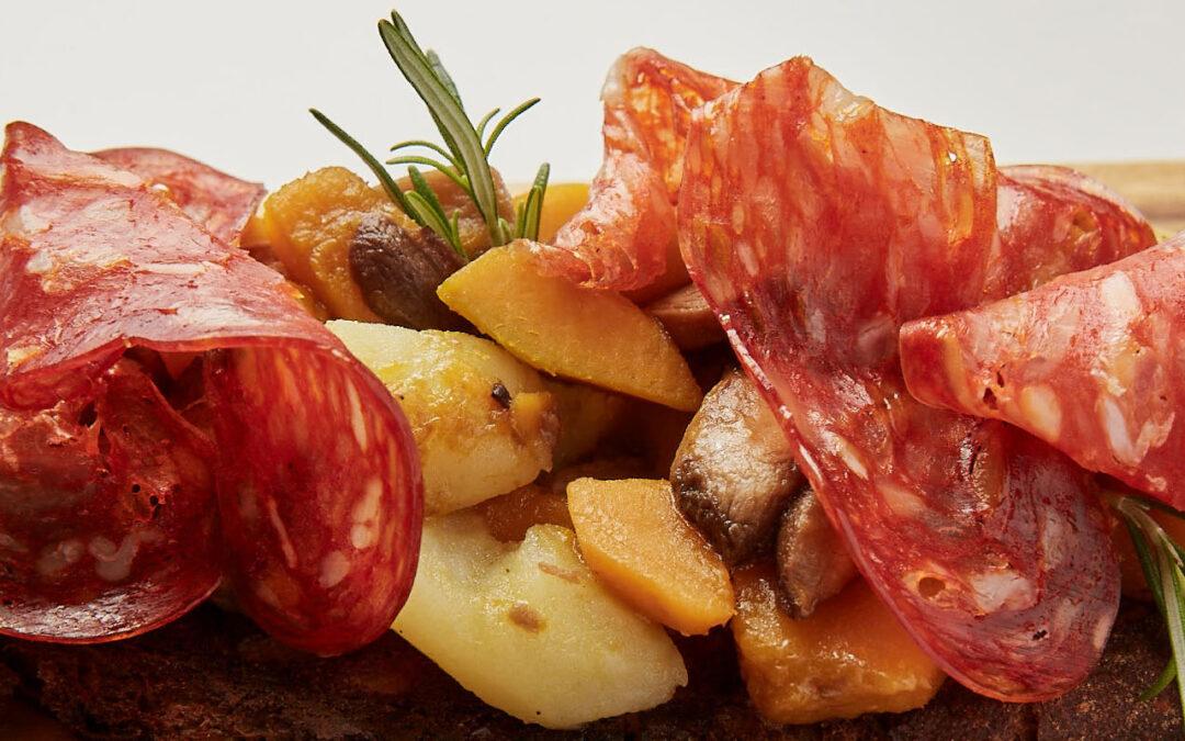 Crostone con spianata piccante, zucca, funghi e patate