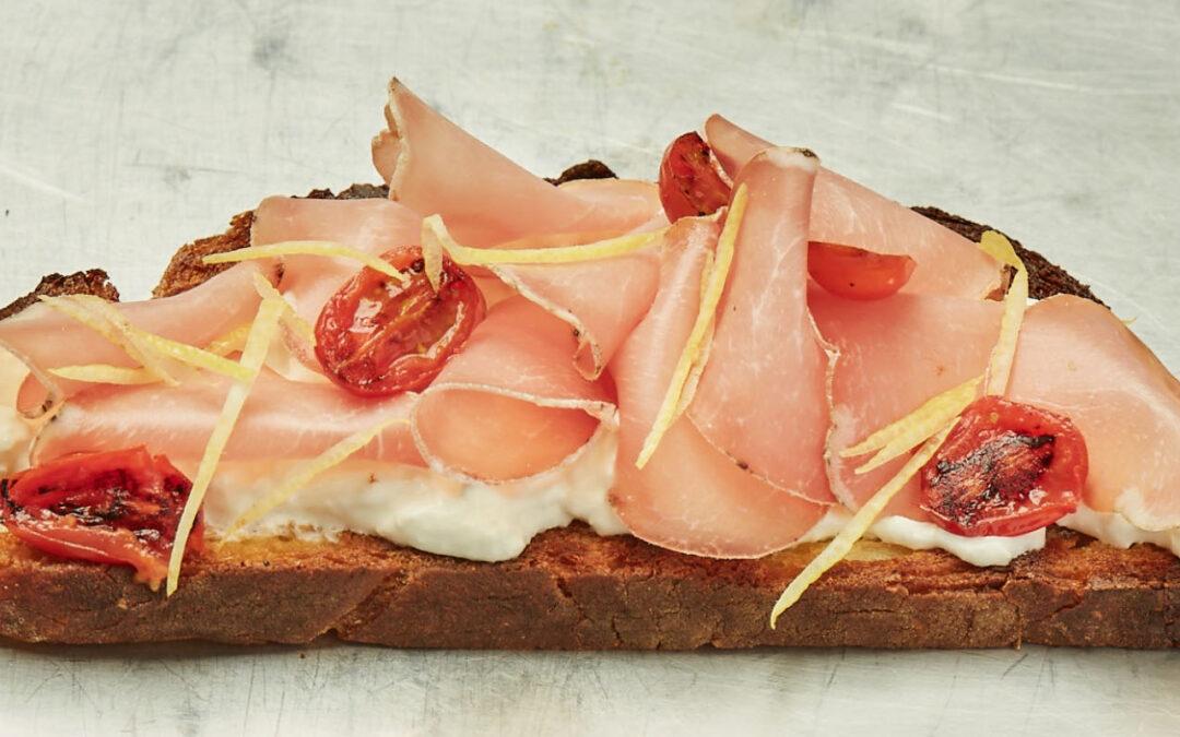 Pain avec bresaola de porc, tomates et burrata