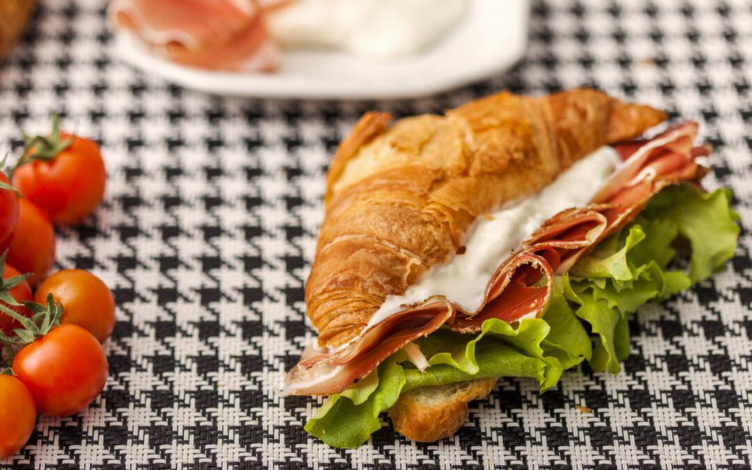 Herzhaftes Croissant mit Speck, Crescenza-Käse und Kopfsalat