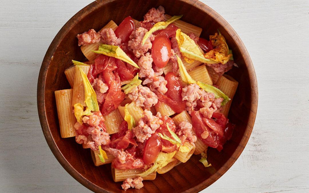 Rigatoni pasta di Gragnano PGI with crumbs of Salami Mince, fresh tomatoes and basil