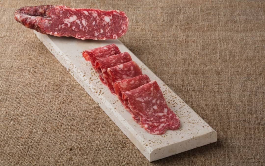 Warum schneidet man Salami schräg auf? Wie Salami geschnitten wird.