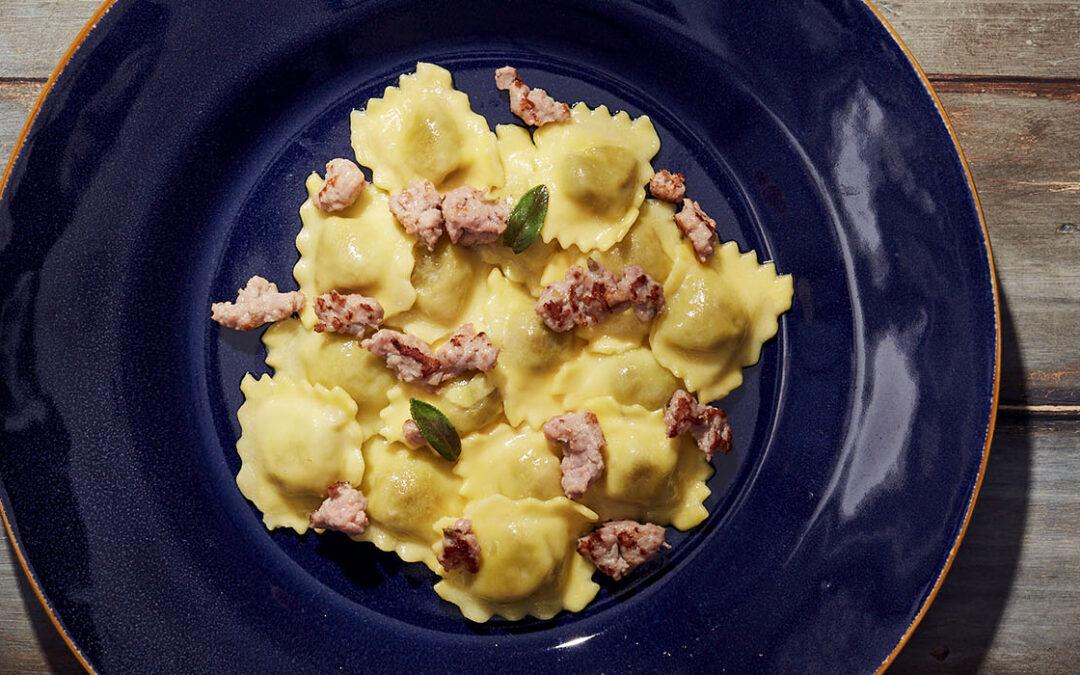 Agnolotti farcis de saucisse au fenouil et de pommes de terre, servis avec du beurre et de la sauge