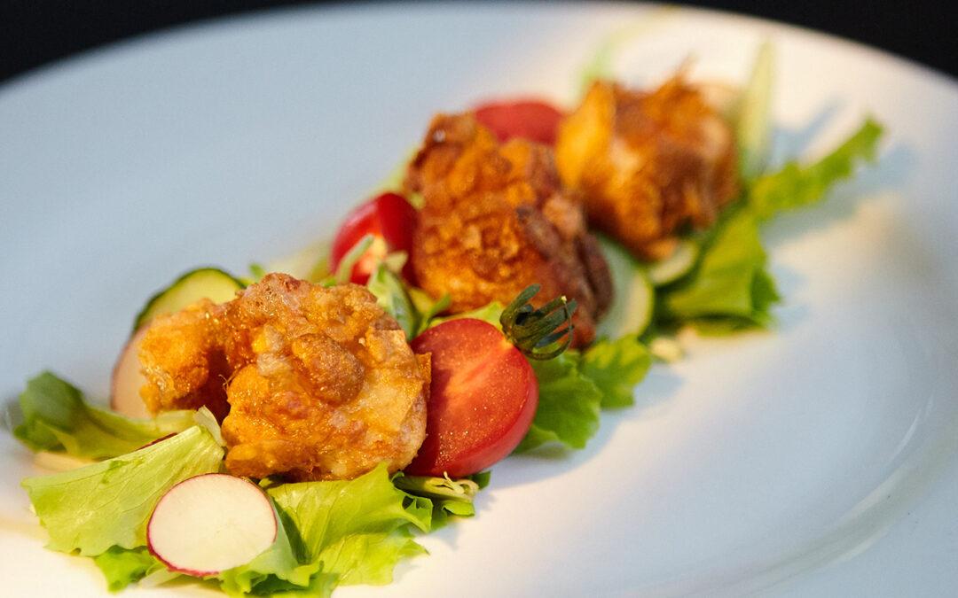 Salat mit frittierten Provolakäse-Häppchen