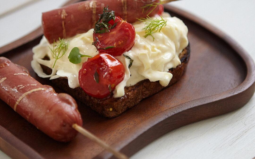 Wurstspieße mit Weißkohlsalat und Kirschtomaten